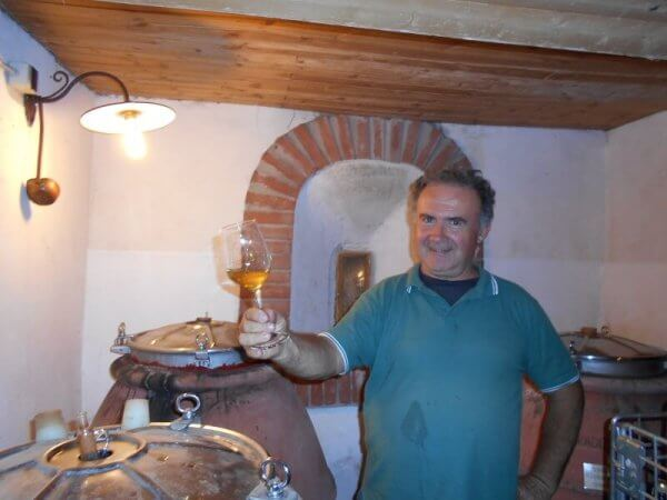 Antonio Ognibene met proefglas wijn uit terracotta amfoor