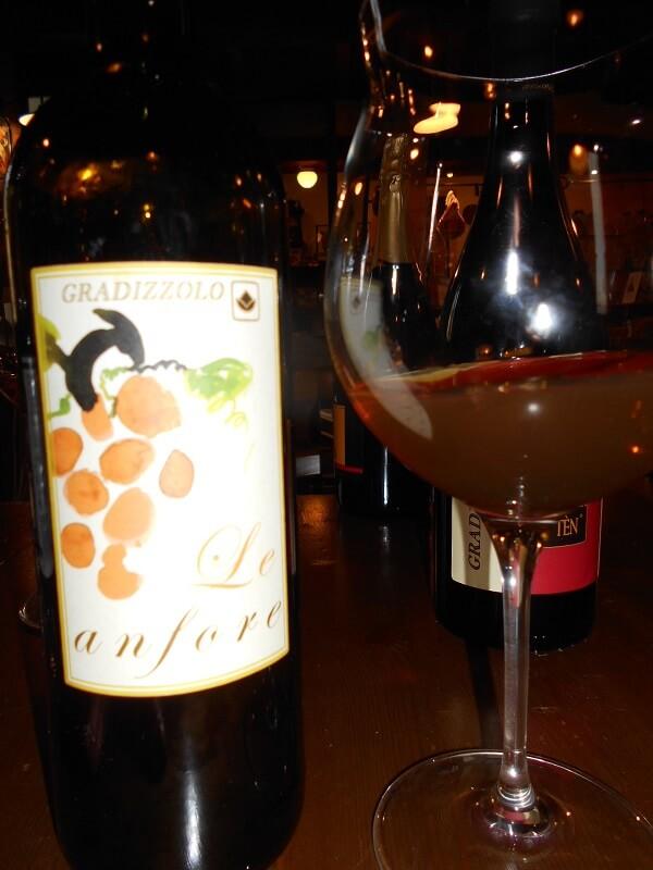 etiket/fles  van Gradizziolo wijn gemaakt in amforen